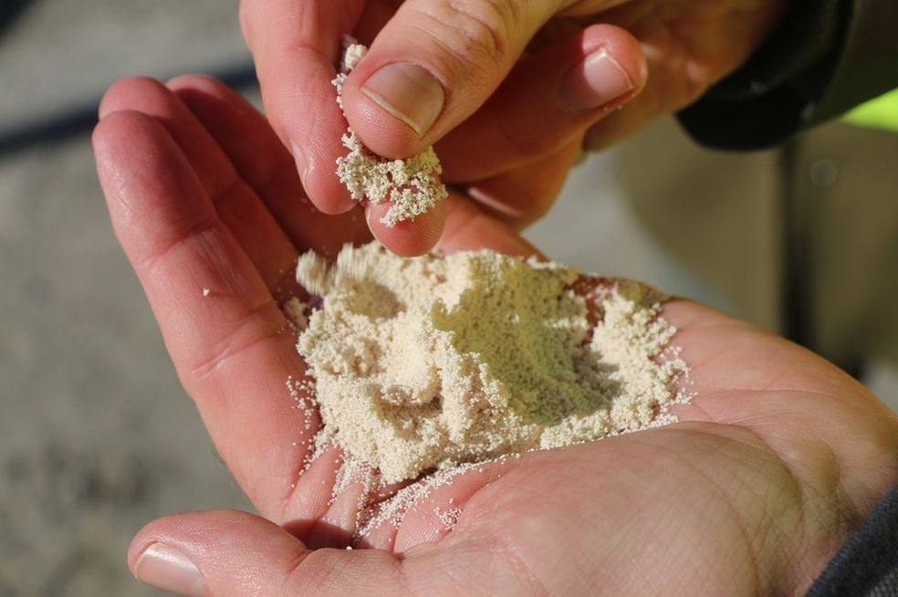Por meio do uso de químicos, CO2 capturado da atmosfera se transforma em grãos de cálcio e, depois, em combustível sintético que pode ser usado no transporte — Foto: BBC