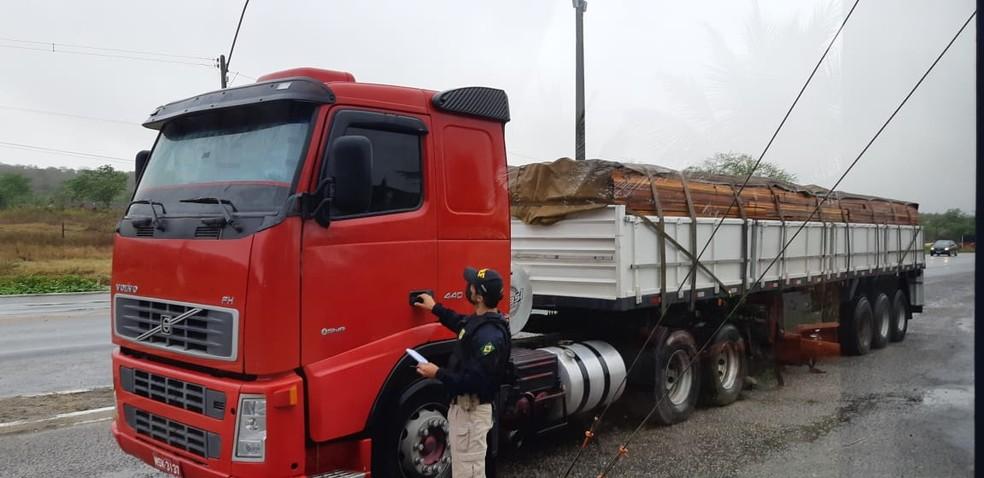 Duas carretas com madeira de extração ilegal são apreendidas em dois municípios da PB — Foto: PRF/Divulgação
