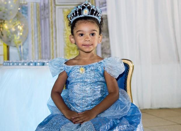 Maria Victória vestida de Cinderela para a hora do 'Parabéns' (Foto: Tânia Plácido)