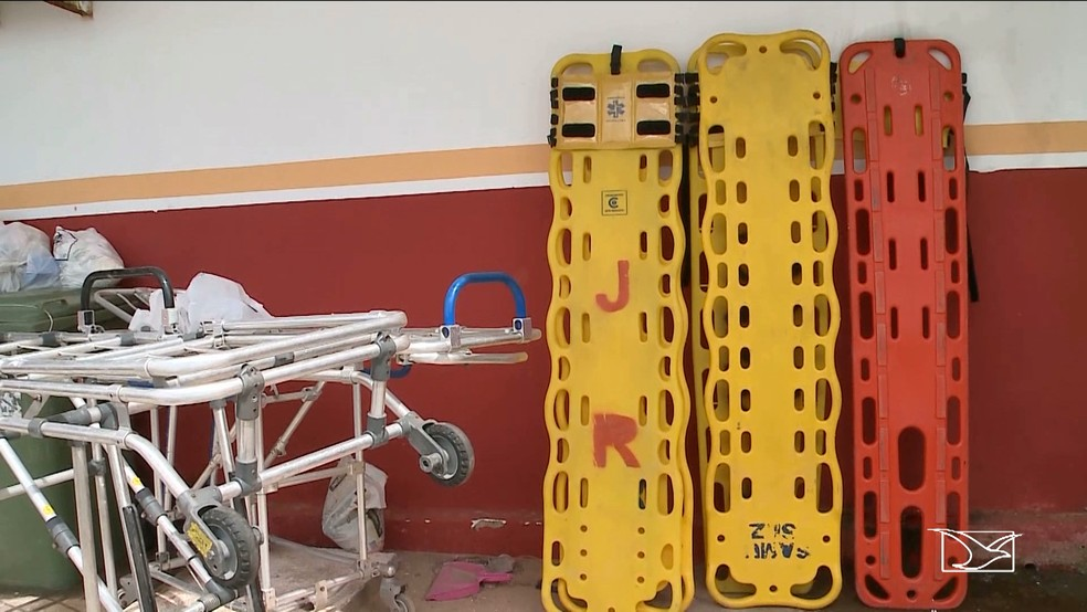 Macas velhar e cilindros continuam jogados pelos cantos na unidade do Samu de Paço do Lumiar (Foto: Reprodução/TV Mirante)