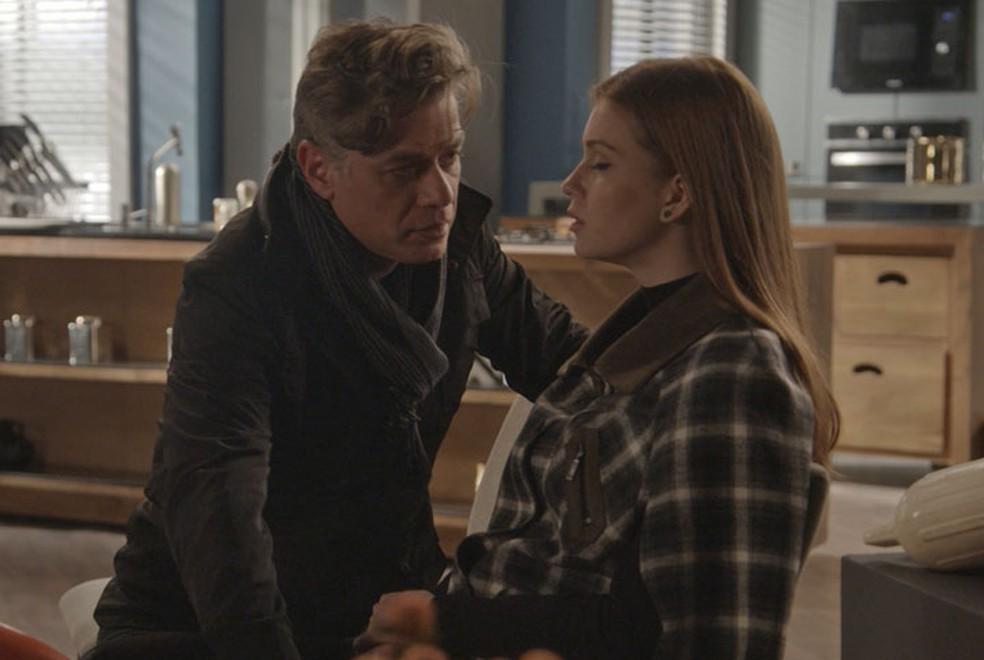 Arthur (Fábio Assunção) tenta beijar Eliza (Marina Ruy Barbosa) em aula sobre Paris — Foto: TV Globo