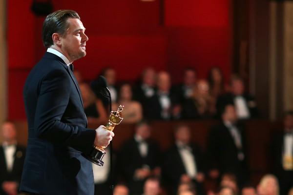 Leonardo DiCaprio durante o seu discurso após receber o primeiro Oscar da carreira, por 'O Regresso' (Foto: Getty Images)