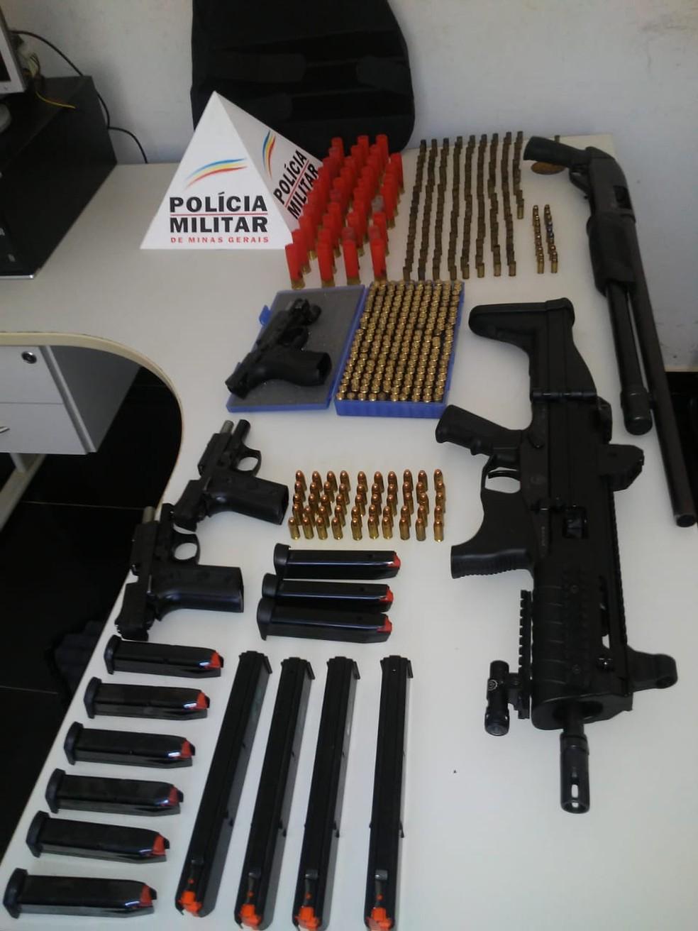 Apreensões aconteceram durante cumprimento de mandado de busca e apreensão. — Foto: Polícia Militar/Divulgação