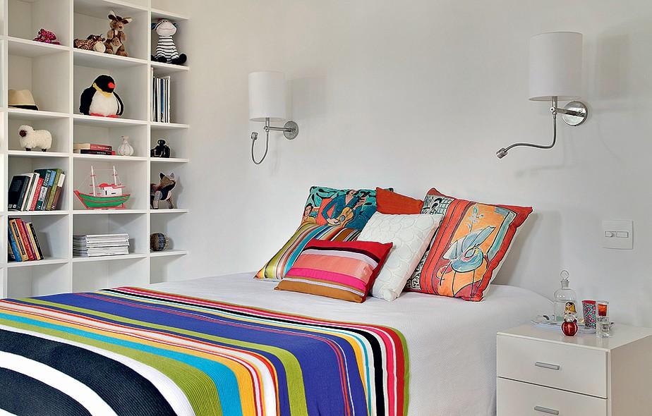 Para ter um quarto colorido não é obrigatório pintar as paredes. Você pode alegrar a base branca com roupa de cama e almofadas, como no projeto do arquiteto Felipe Rio Branco