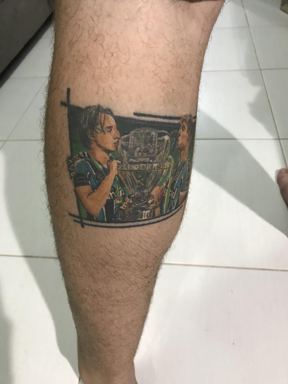 Gaúcho fez tatuagem de Geromel e Kannemann levantando taça após título da Copa do Brasil (Foto: Lucas Barros/GloboEsporte.com)