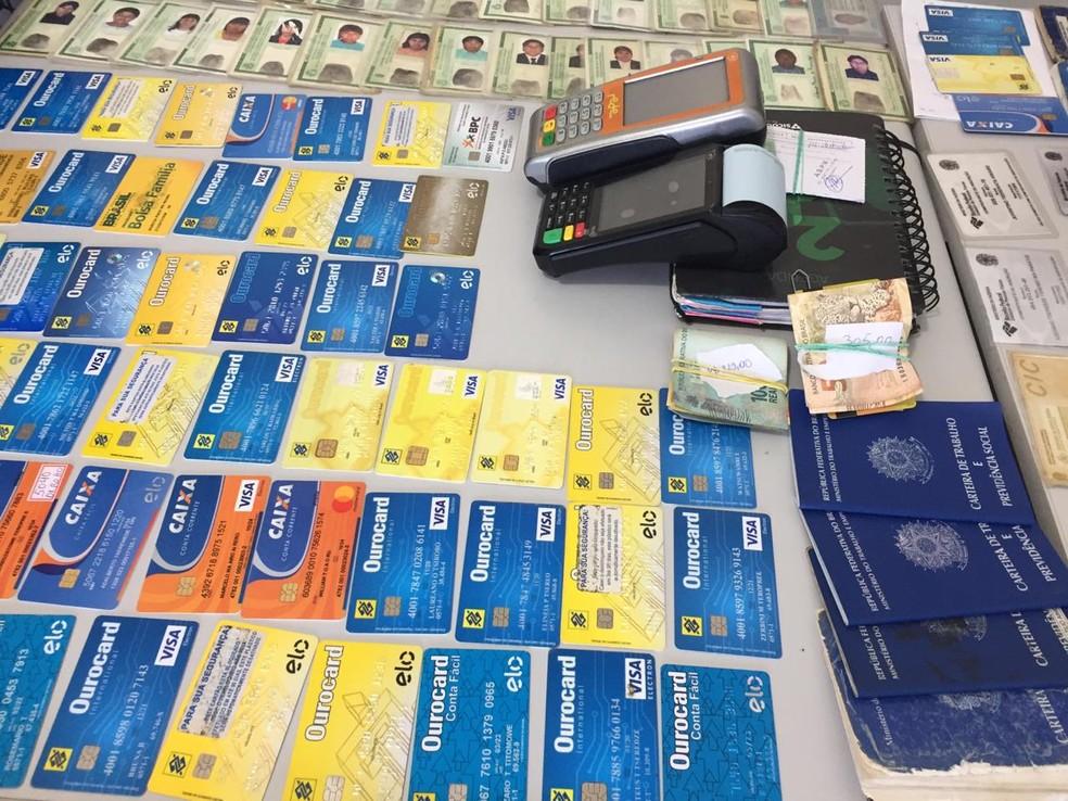 Diversos cartões foram apreendidos na operação em Barra do Garças — Foto: Ivan de Jesus/Centro América FM