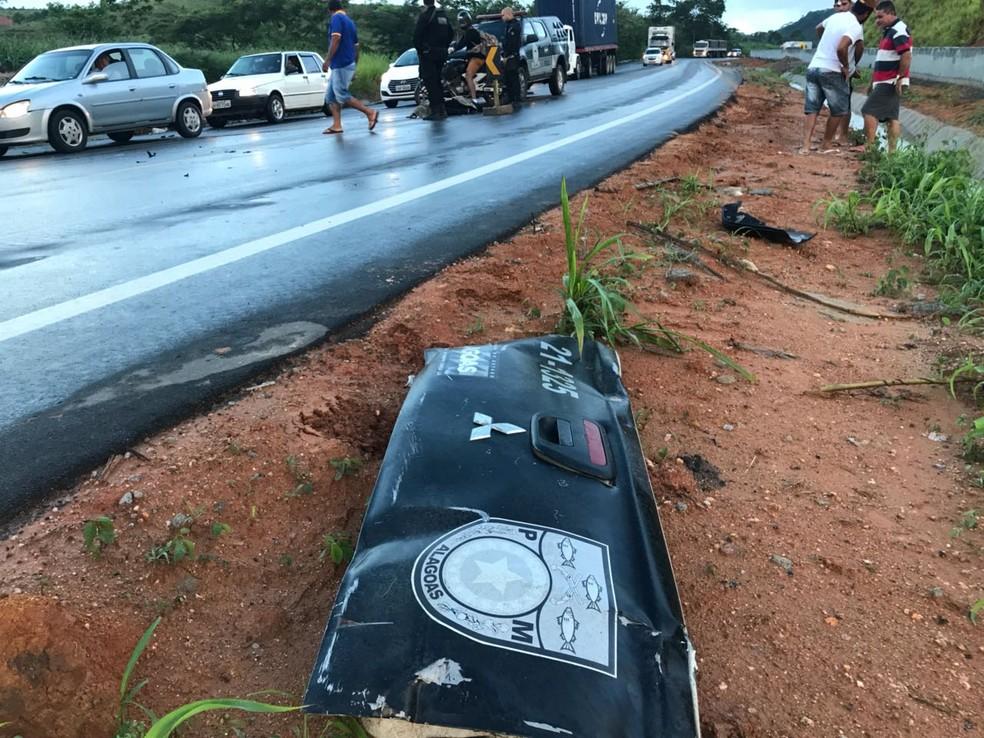 Partes da viatura ficaram espalhadas próximo ao local da colisão (Foto: Hígor Silva/4O Graus)