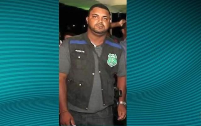 Segurança estava com colete e arma da Polícia Civil  (Foto: Reprodução/TV Sergipe)