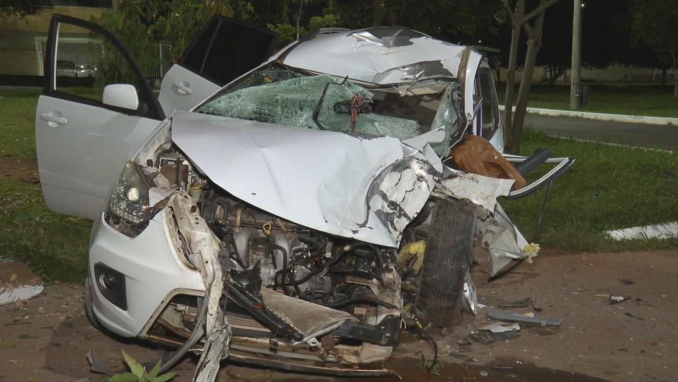 Motorista é arremessada para fora de carro, em acidente no DF — Foto: TV Globo/Reprodução