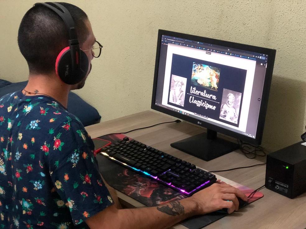 Bruno Felix, professor da rede estadual do Ceará, durante a preparação para as aulas remotas. — Foto: Arquivo Pessoal