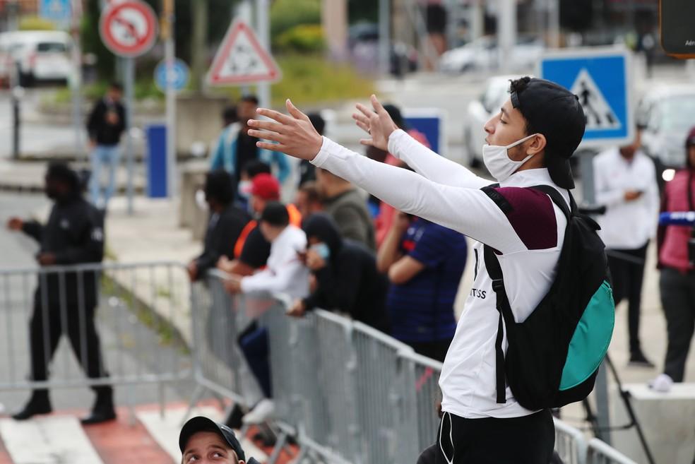 Torcedores chegaram a ficar do lado de fora do aeroporto aguardando Messi — Foto: Reuters
