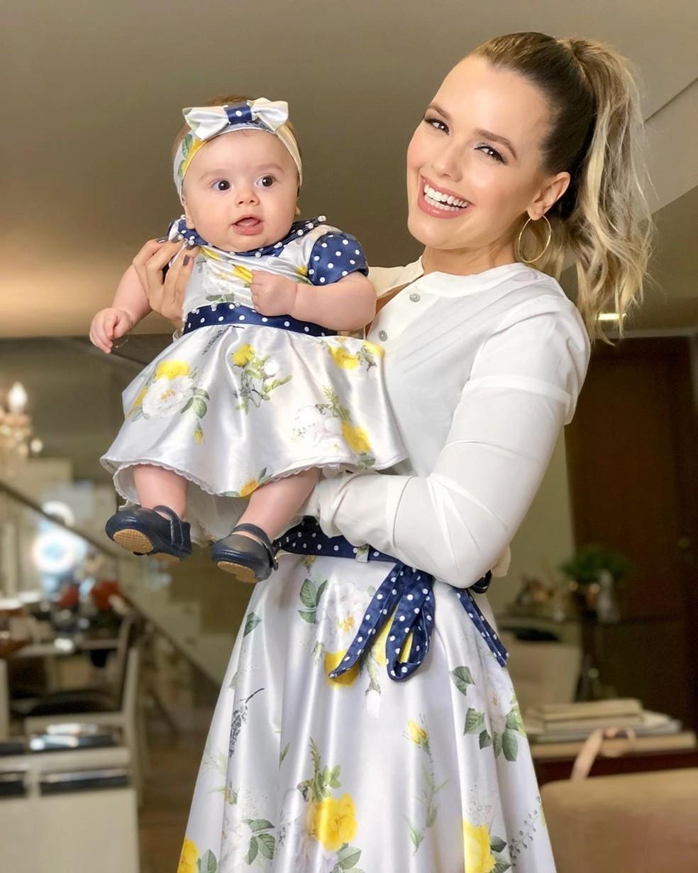 Thaeme Mariôto posa com a filha, Liz — Foto: Reprodução/Instagram