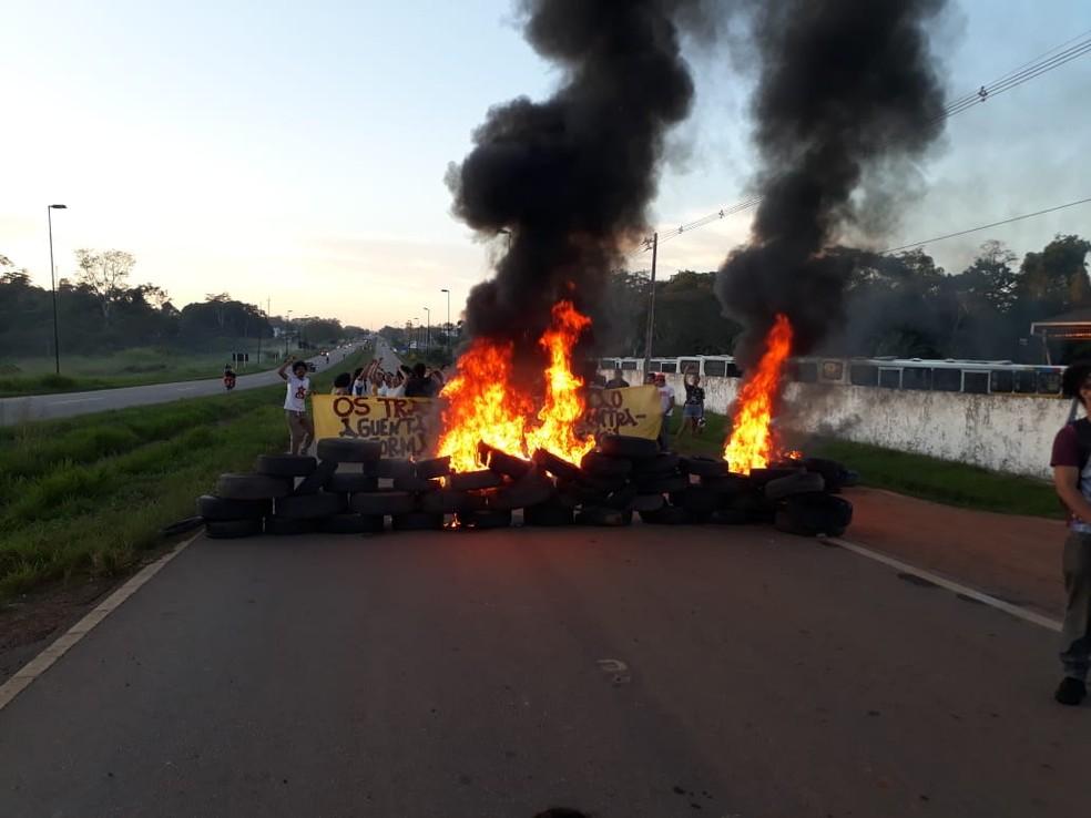 Manifestantes fecham rodovia nas primeiras horas desta sexta-feira (14)  — Foto: Arquivo pessoal