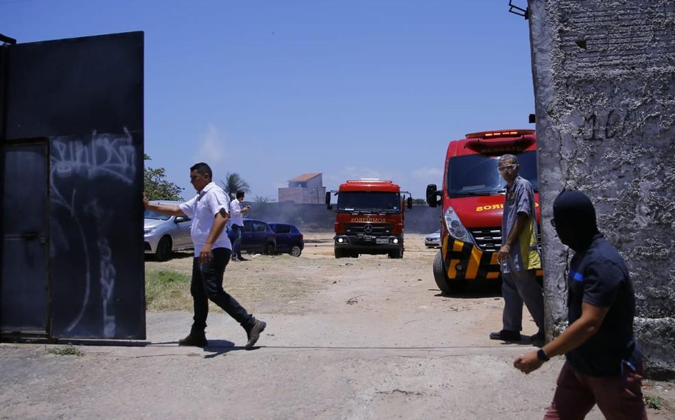 Incêndio em concessionária ocorre em meio a onde de ataques no Ceará — Foto: Fabiane de Paula/Sistema Verdes Mares