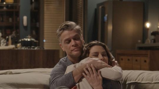 Clima de romance? Natasha e Arthur ficam juntinhos no sofá