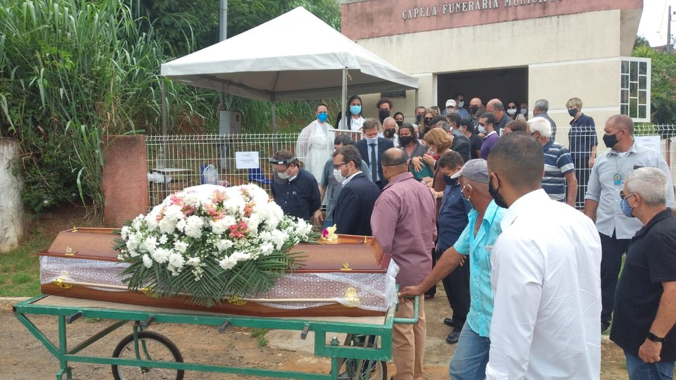 Enterro da mãe de Crivella é realizado nesta quarta-feira (30) em MG — Foto: Vagner Tolenato/G1