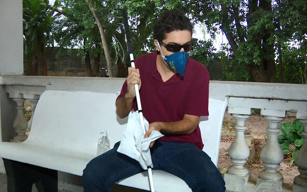 14/04: Homem com deficiência visual precisa higienizar a bengala várias vezes ao dia para se prevenir contra o coronavírus. — Foto: Reprodução/EPTV