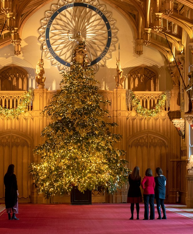 Final preparations are made to a 20ft Norman Fir Christmas tree in St George's Hall at Windsor Castle, Berkshire, which is being decorated for Christmas. (Photo by Steve Parsons/PA Images via Getty Images) (Foto: PA Images via Getty Images)