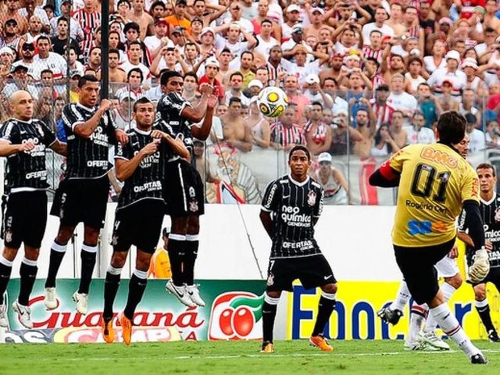 Rogério Ceni bate a falta que originou seu centésimo gol na carreira, marcado contra o Corinthians (Foto: reprodução/vídeo)