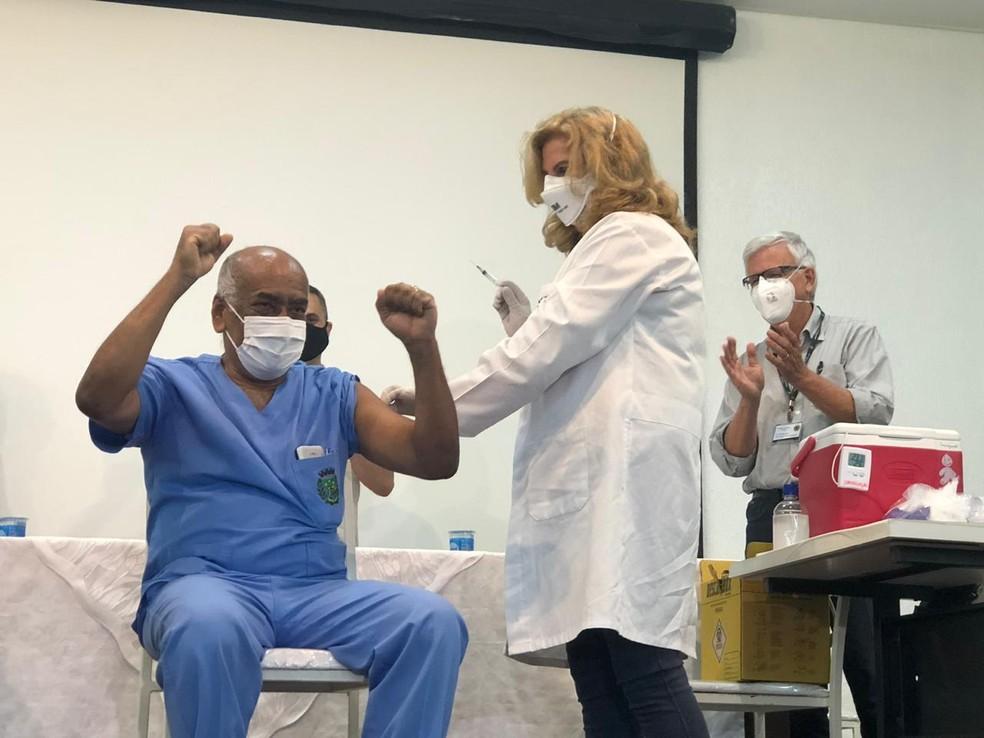 Bauru recebe primeiro lote com doses da vacina contra Covid-19 e tem primeiro vacinado, José Luiz Costa Magalhães — Foto: Fábio Linhares/TV TEM