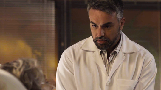 Adriano volta para tratar Sabine e avisa que ela precisará operar