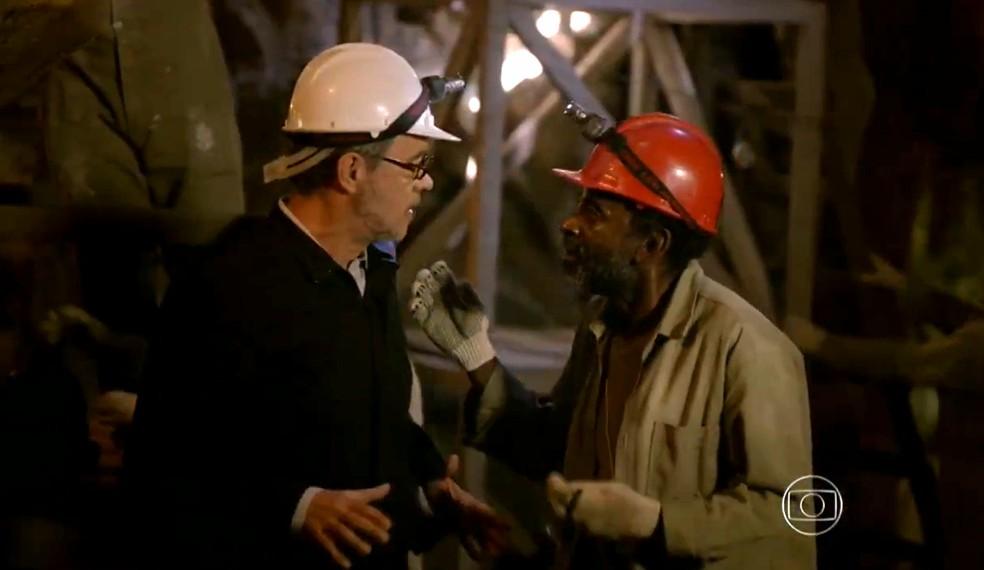 Duque (Jean Pierre Noher) é avisado de que descobriram um veio de turmalina paraíba na mina - 'Flor do Caribe' — Foto: Globo