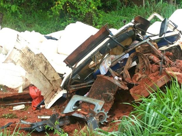 Caminhão envolvido no acidente transportava carga de algodão; condutor morreu na hora. (Foto: Eduardo Monteiro/TVCA)