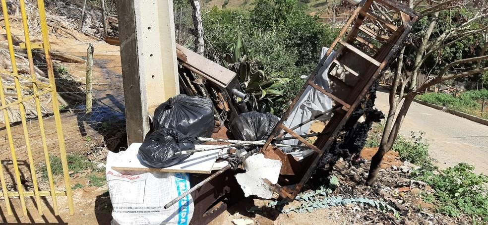 Pertences da esposa do homem foram queimados durante incêndio — Foto: Polícia Militar/Divulgação