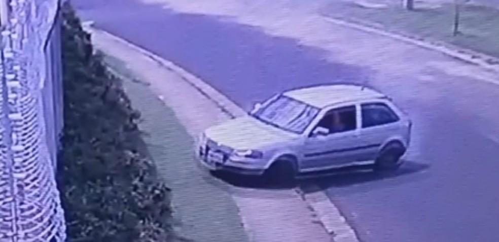 Carro perdeu controle em uma curva em avenida de Rio Preto  (Foto: Reprodução/TV TEM)