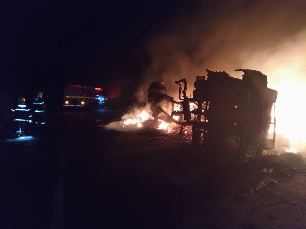 Uma das vítimas foi encontrada embaixo da carga queimada (Foto: Corpo de Bombeiros/Divulgação)