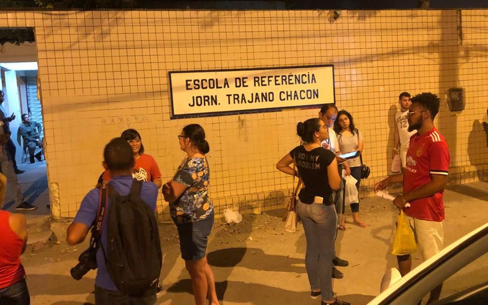 ENEM 2019 - DOMINGO (10) - RECIFE (PE) - Estudantes conversam sobre o Enem do lado de fora de escola na Zona Oeste do Recife — Foto: Marina Meireles/G1