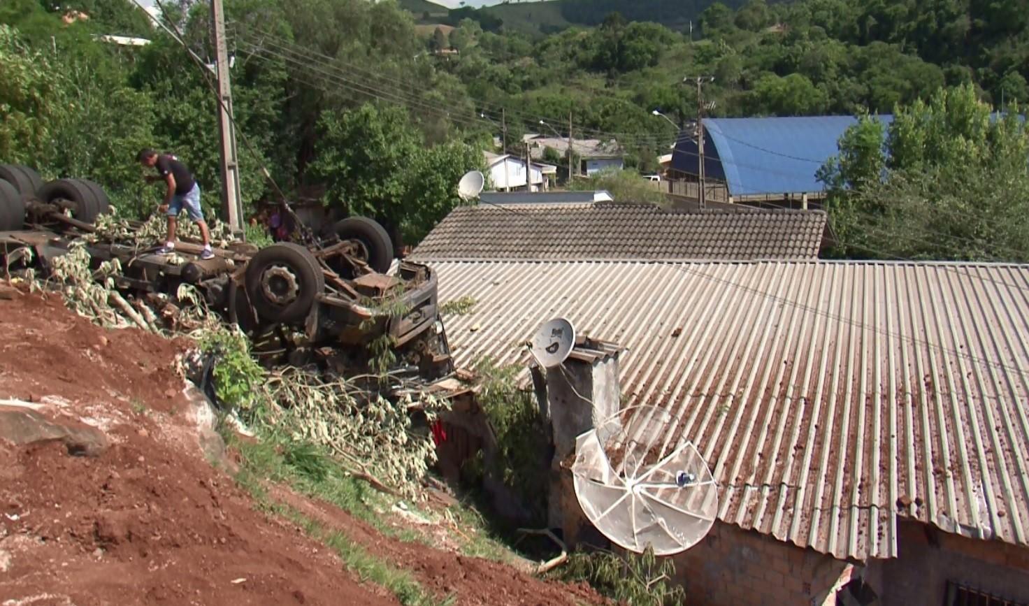 Motorista morre após perder controle da direção, e caminhão tombar sobre casa, em Mafrinópolis