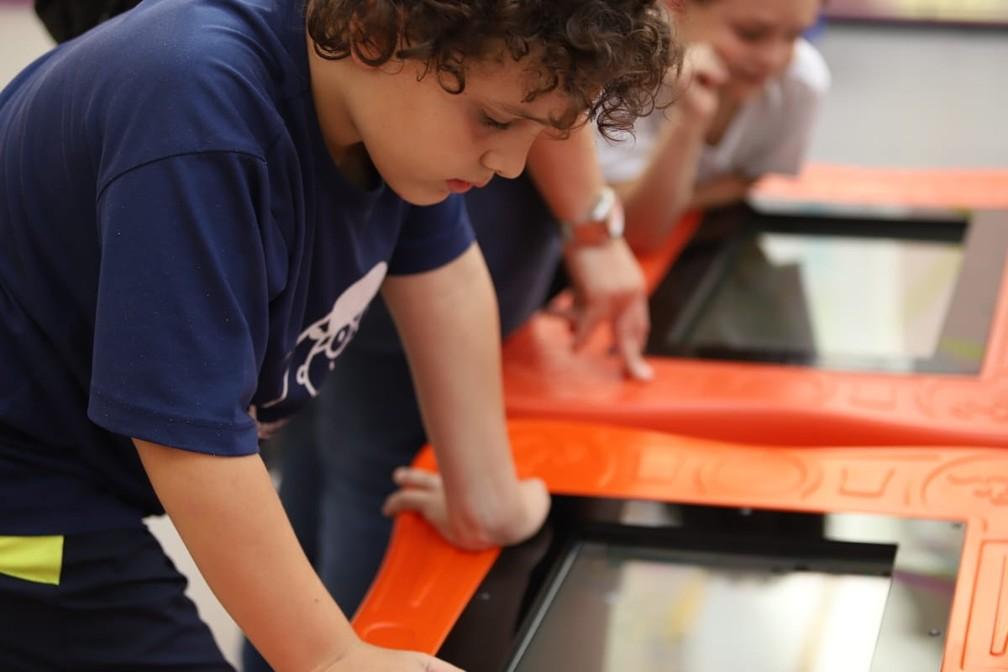 Criança em espaço interativo do TEAbraço, em Ribeirão Preto (SP) — Foto: Simone Meirelles