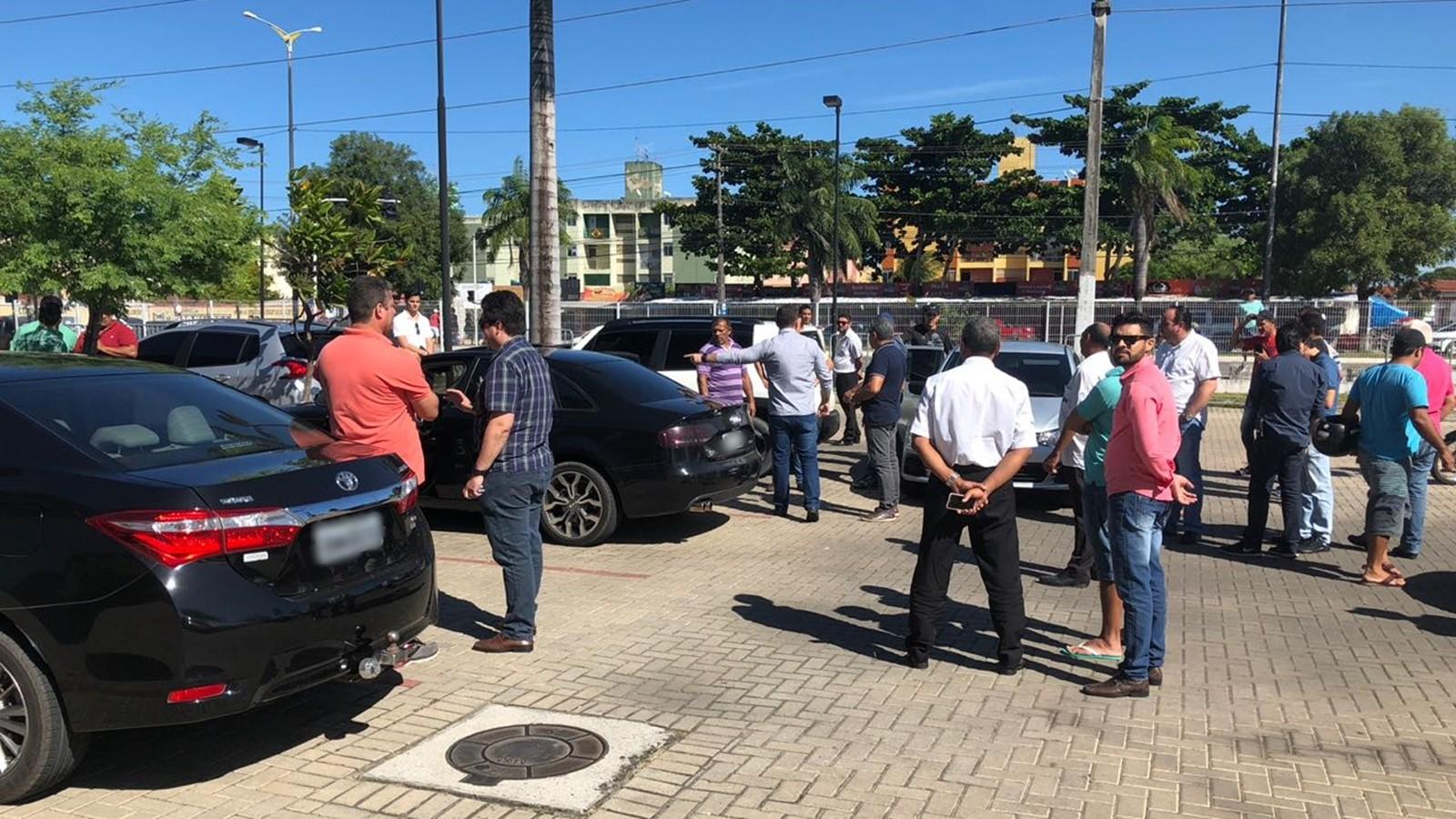 Suspeitos de furtar carros com bloqueador de alarme são presos em estacionamento de shopping na PB