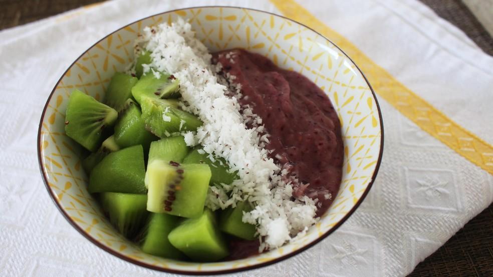 Creme de frutas vermelhas com kiwi e coco feito pela nutricionista Aline Barreiros — Foto: Mariane Rossi/G1