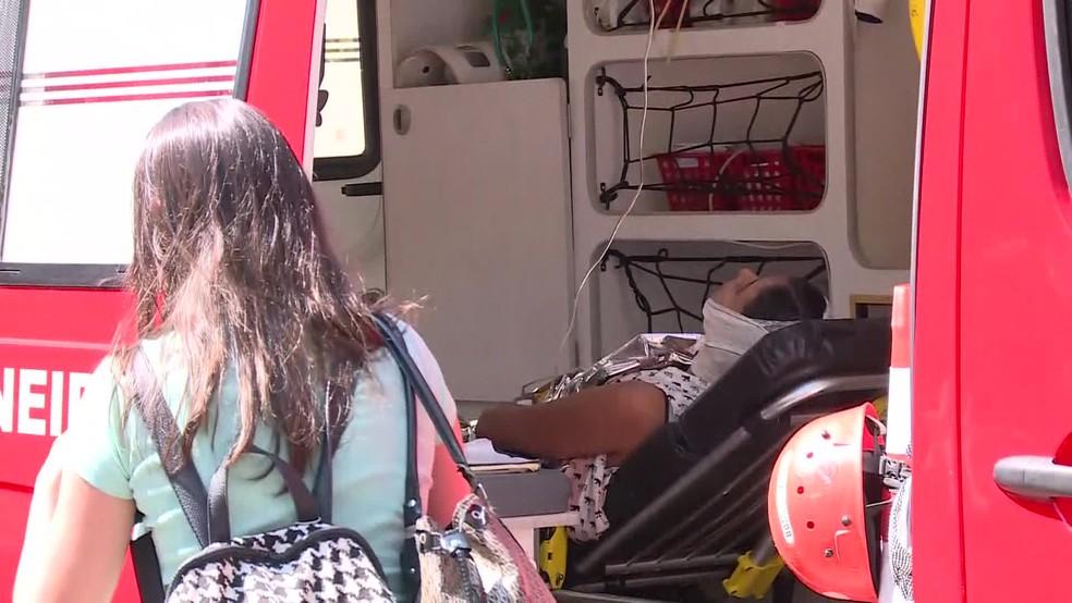 Jovem foi socorrida pelos bombeiros após explosão em laboratório da UFRJ (Foto: Reprodução / GloboNews)