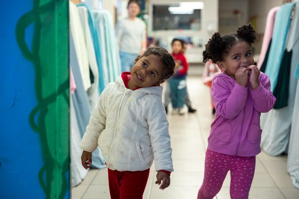 Alunas da CEI Indianópolis brincam entre os colchões da 'hora da soneca'. — Foto: Marcelo Brandt/G1
