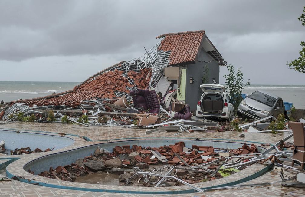 Estragos em propriedade en Carita, na Indonésia, que foi atingida por tsunami neste sábado (22). — Foto: AP Photo/Fauzy Chaniago