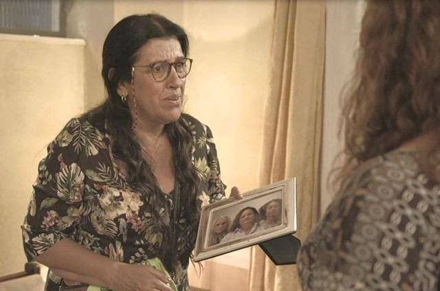 Regina Casé na cena de 'Amor de mãe' em que Lurdes descobre que Eunice (Dida Camero) é irmã de Kátia (Vera Holtz) (Foto: TV Globo)