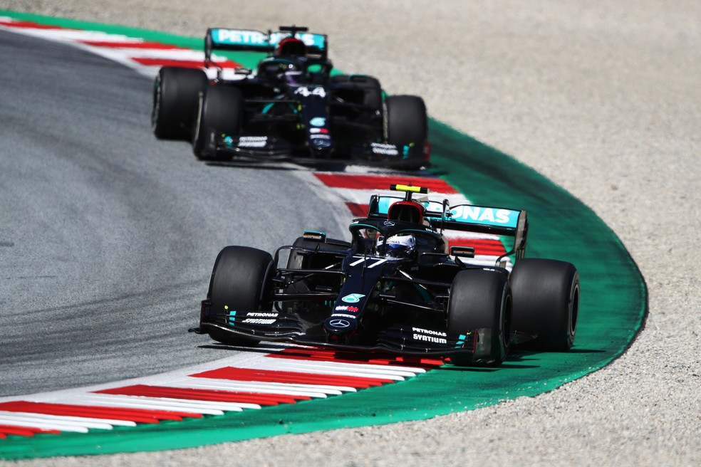 Bottas à frente de Hamilton no GP da Áustria — Foto: Getty Images