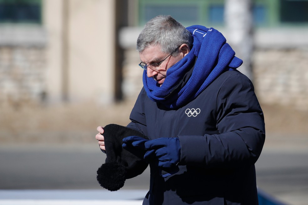 Presidente do COI, Thomas Bach se protege do frio na Vila Olímpica (Foto: Getty Images)