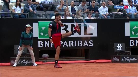 É tiro de meta! Fognini chuta a raquete após erro