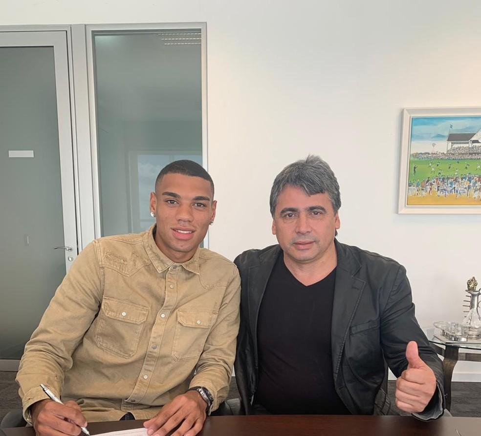 Ruan Tressoldi renova com o Grêmio — Foto: Reprodução