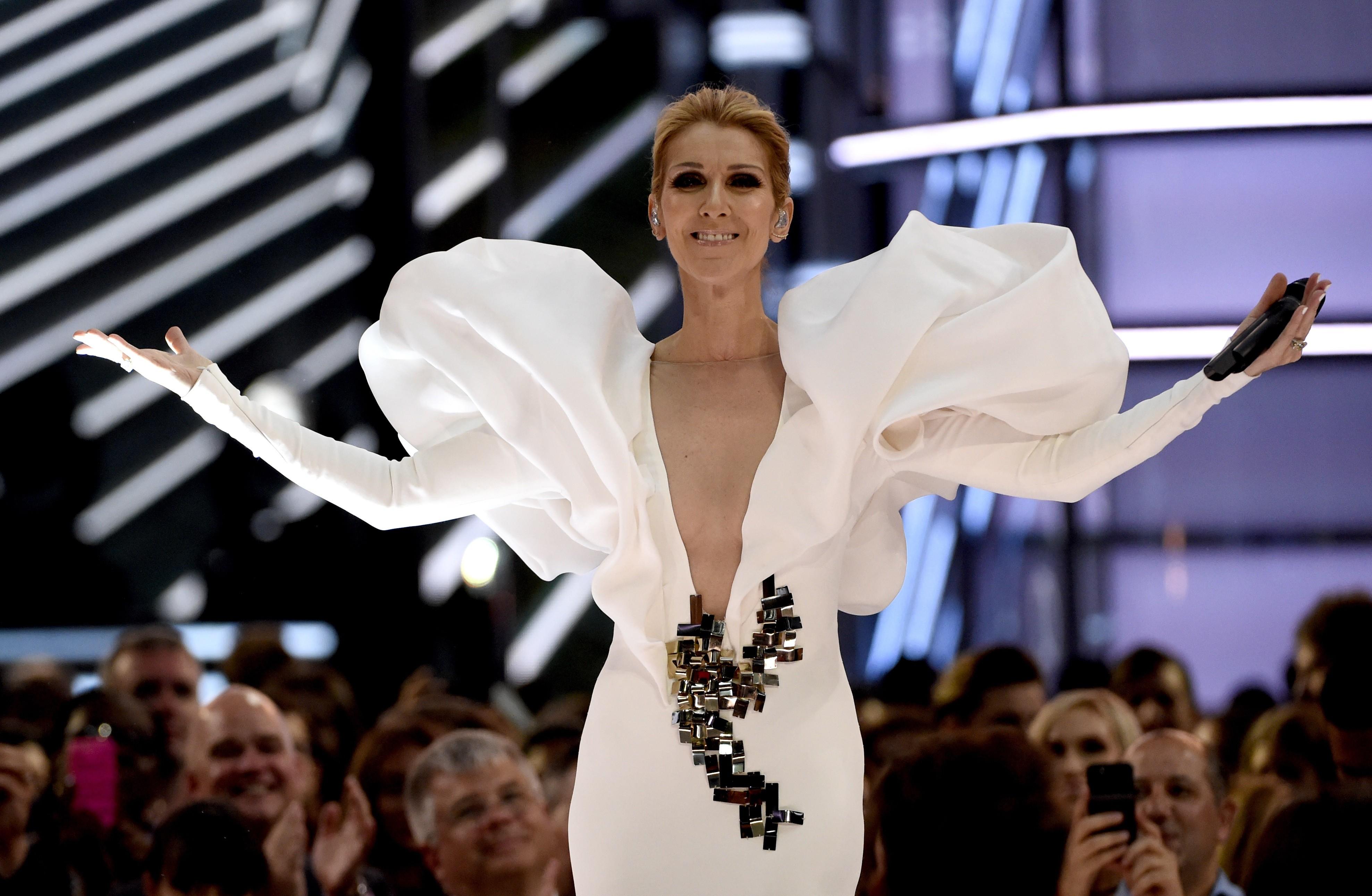 Céline Dion adia estreia de novo show em Las Vegas devido a espasmos musculares severos