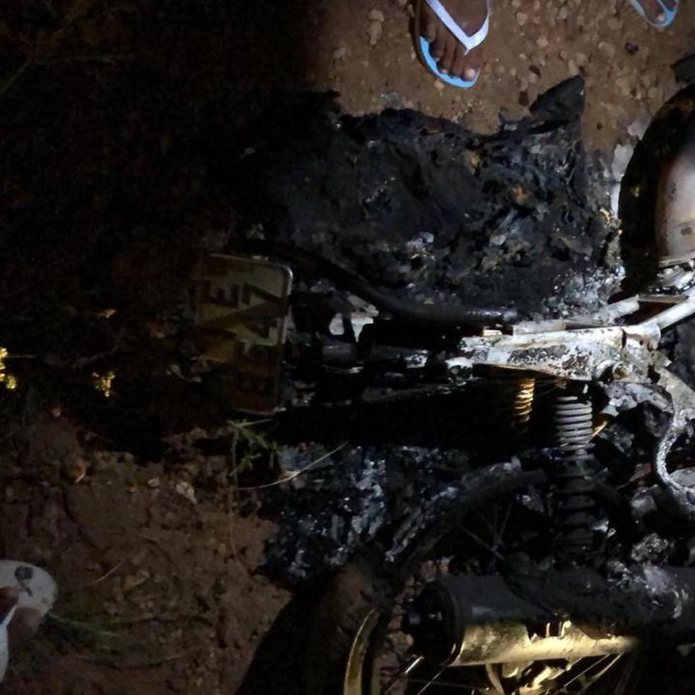 Entregador teve o único transporte roubado e incendiado em Teresina — Foto: Arquivo Pessoal/Alexandre Júnior