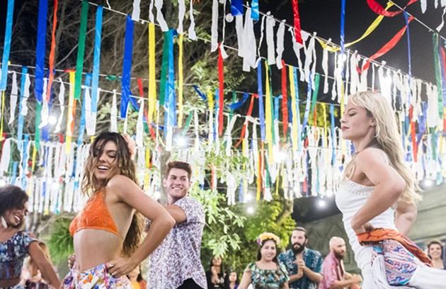 Na quinta (19), Jeiza (Paolla Oliveira) e Ritinha  (Isis Valverde) vão se desafiar dançando o carimbó (Foto: Globo / João Miguel Júnior)