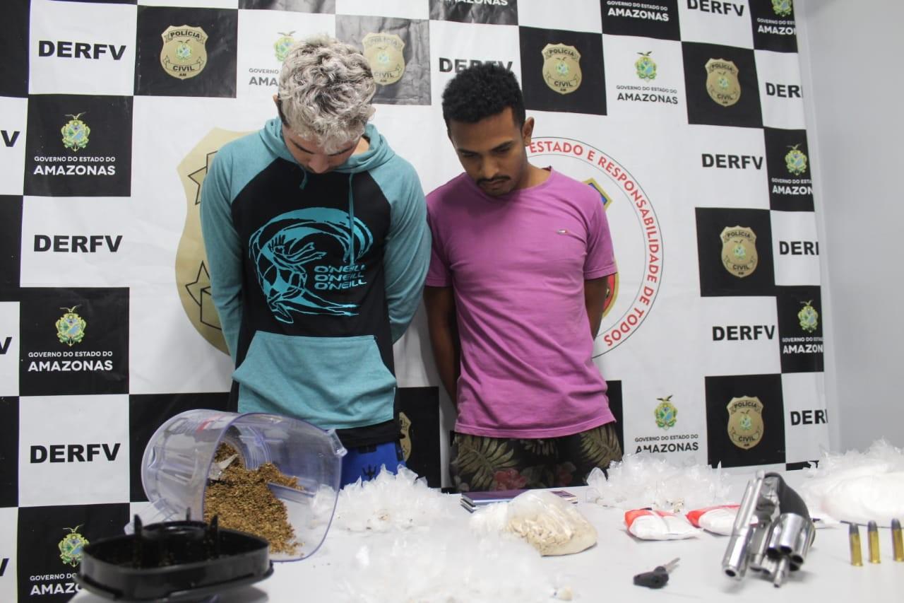 Dupla suspeita de roubar e desmanchar veículos é presa com drogas e arma em Manaus