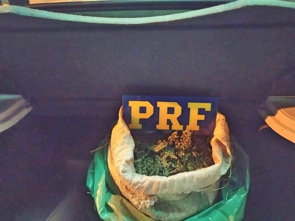 Maconha foi encontrada no porta-malas de um carro, em São Caetano — Foto: PRF/Divulgação
