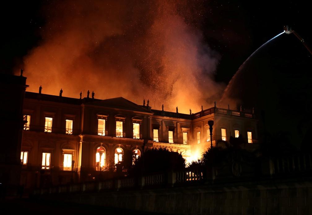 Foto mostra a tentativa de conter o incêndio no Museu Nacional no Rio de Janeiro (Foto: Reuters/Ricardo Moraes)