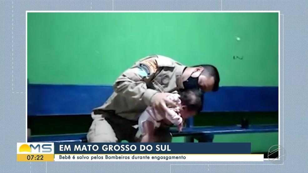 Bebê é salvo por bombeiro em Campo Grande — Foto: Reprodução/TV Morena